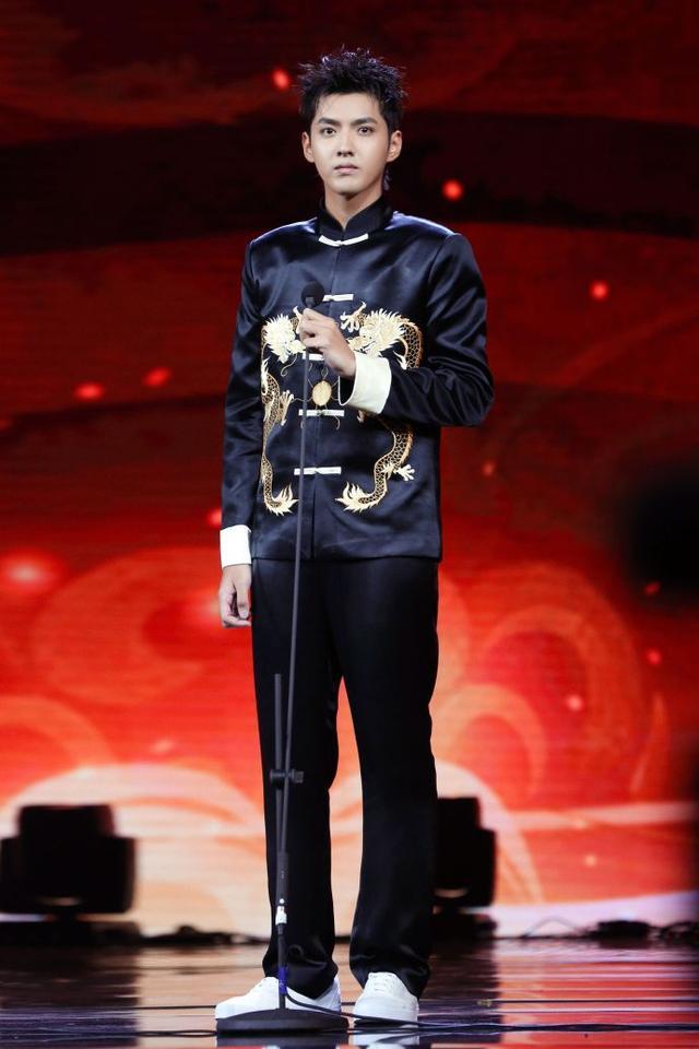新浪娱乐讯 日前,吴亦凡作为推介大使亮相首届上合组织国家电影节开幕典礼,为大家推介优秀影片并献歌曲《天地》。