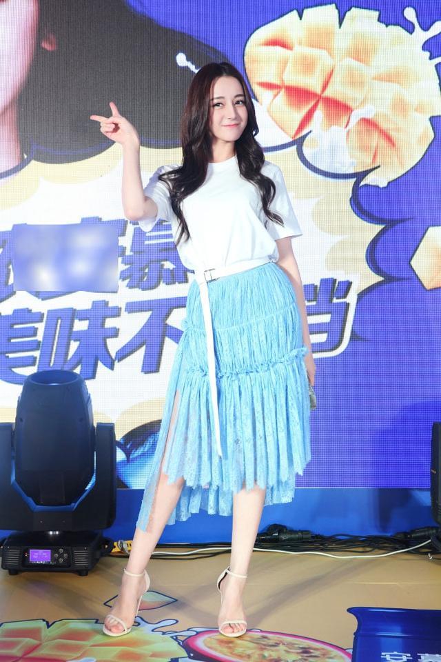 新浪娱乐讯 日前,迪丽热巴现身品牌活动。她身穿白半袖搭配蓝裙,一头长波浪卷清新扑面,少女感十足。