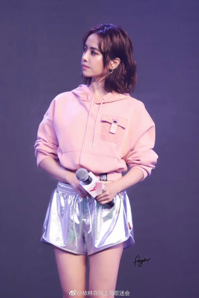 新浪娱乐讯 日前,蔡依林出席某品牌活动,粉嫩上装配亮色短裤秀蛮腰美腿。