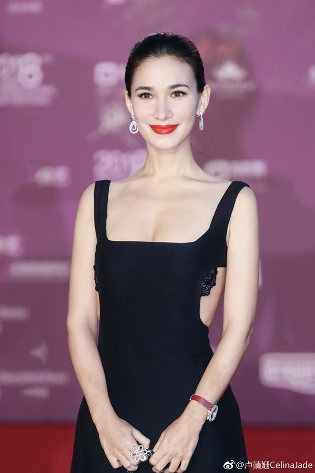 新浪娱乐讯 日前,《李茶的姑妈》卢靖姗一袭黑色露背长裙亮相北京国际电影节。