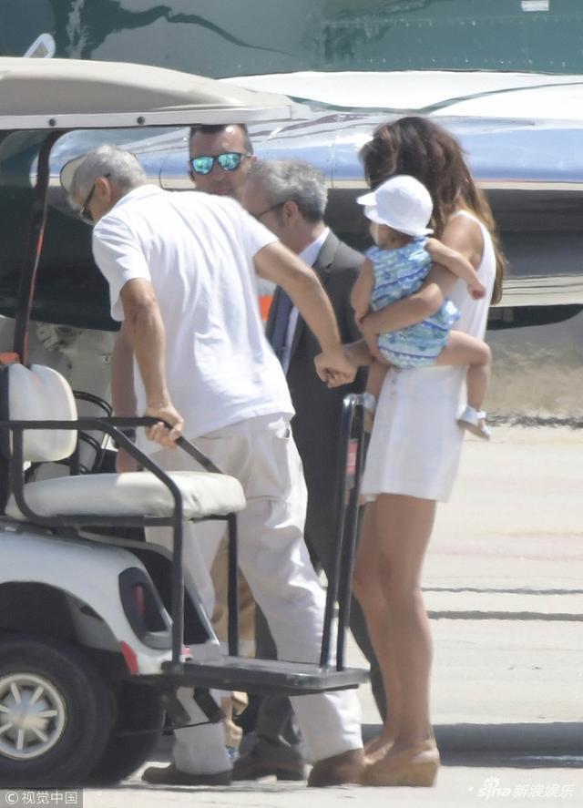 新浪娱乐讯 日前,乔治·克鲁尼和妻子阿迈勒·克鲁尼带着龙凤胎儿女乘坐专机离开,一家人坐在摆渡车上,阿迈勒抱着女儿,而克鲁尼则对身后由保姆抱着的儿子宠爱有加。上飞机时候,克鲁尼双脚伤势未愈,走路需要人搀扶。视觉中国/图