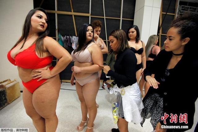 中新网讯 巴西圣保罗当地时间2017年3月19日,当地举办一场胖MM时装秀,大号美女演绎另类性感。