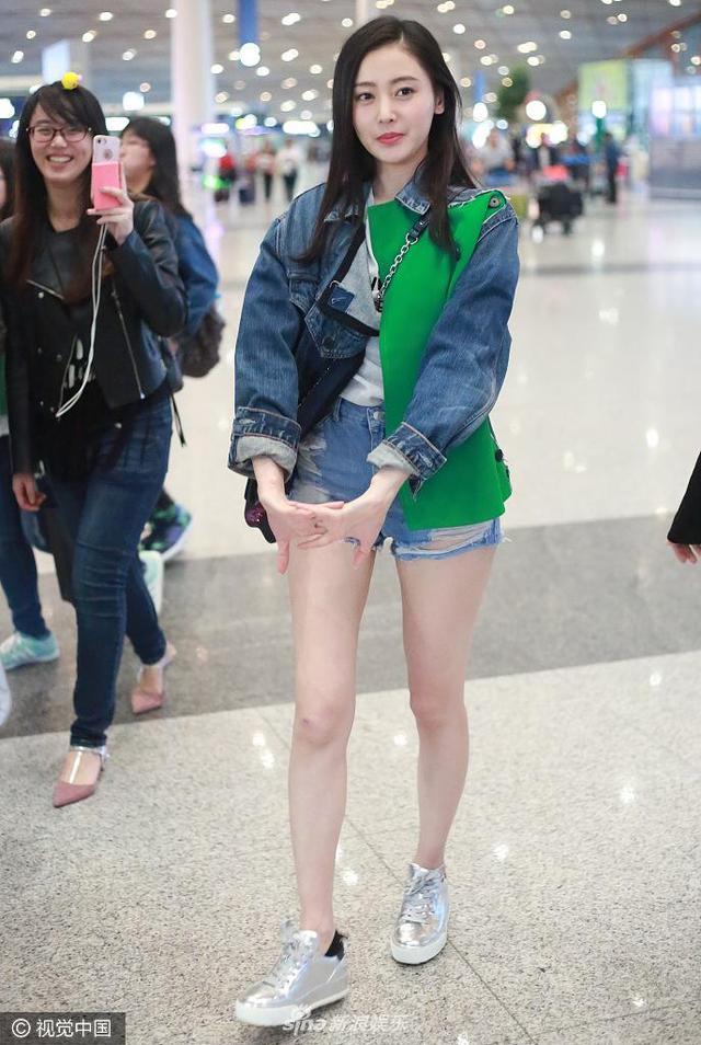 新浪娱乐讯 4月18日,张天爱离京现身首都机场,穿短裤露美腿,边走还边做伸展操。视觉中国/图