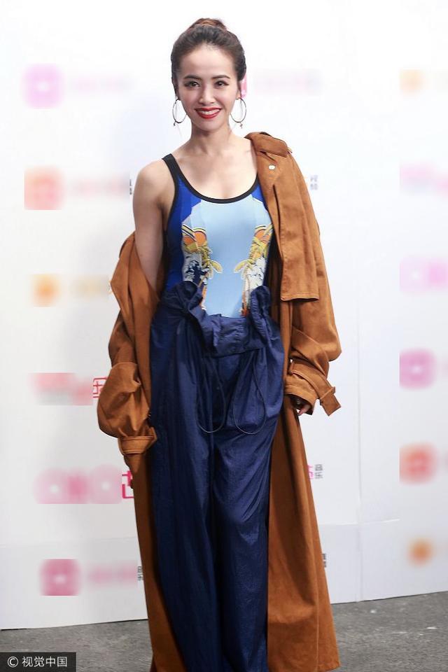 新浪娱乐讯 5月18日,蔡依林在北京出席某活动。现场她身穿深蓝色无袖连体裤,外面半套着一件棕色长款风衣露出香肩。视觉中国/图