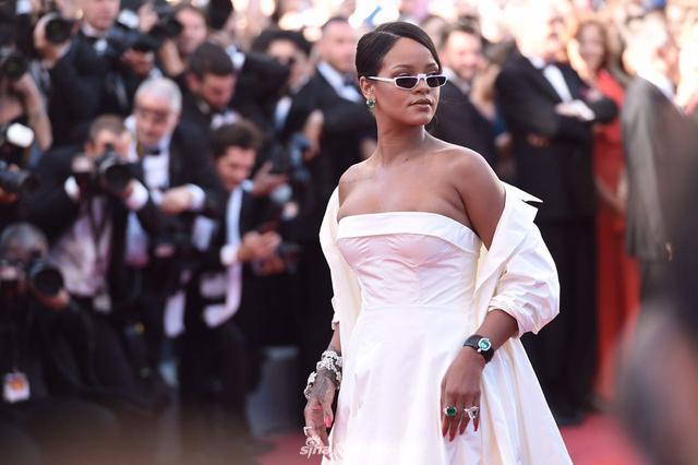 新浪娱乐讯 法国戛纳当地时间2017年5月19日,在第70届戛纳电影节上,入围主竞赛单元影片《玉子》(Okja)首映礼举行。蕾哈娜(Rihanna)性感抹胸白裙露香肩酥胸。(王远宏/摄影)