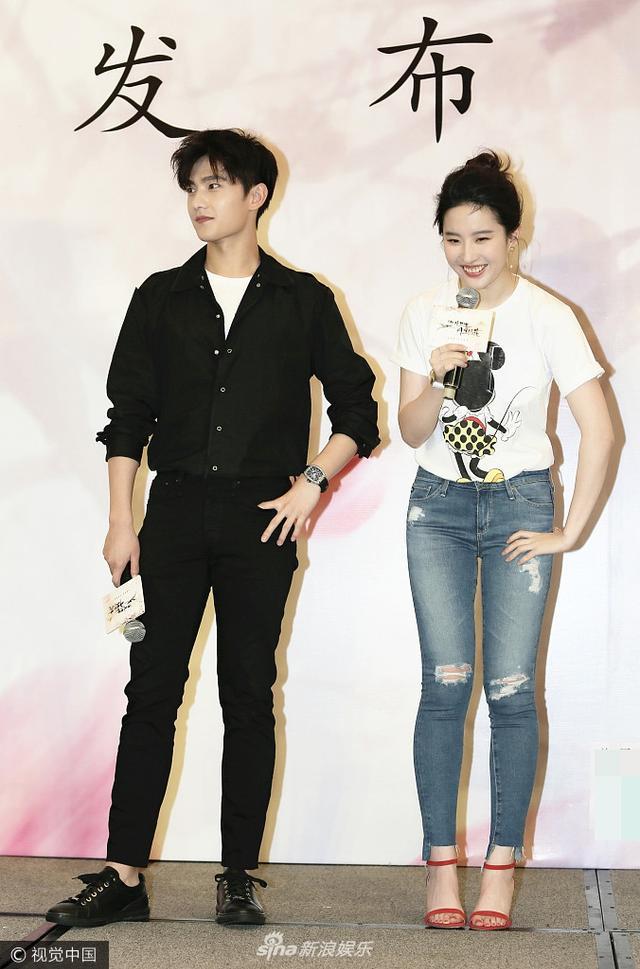 刘亦菲穿紧身牛仔裤秀身材
