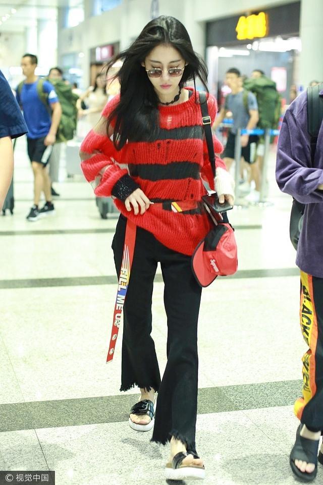 新浪娱乐讯 8月12日,张碧晨穿条纹毛衣现身机场潮范足,素颜显皮肤好,走路生风腰带飘扬。视觉中国/图