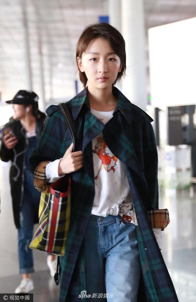 新浪娱乐讯 日前,周冬雨现身机场。她身穿绿色格子风衣走英伦风,素颜示人下巴疤痕明显。视觉中国/图