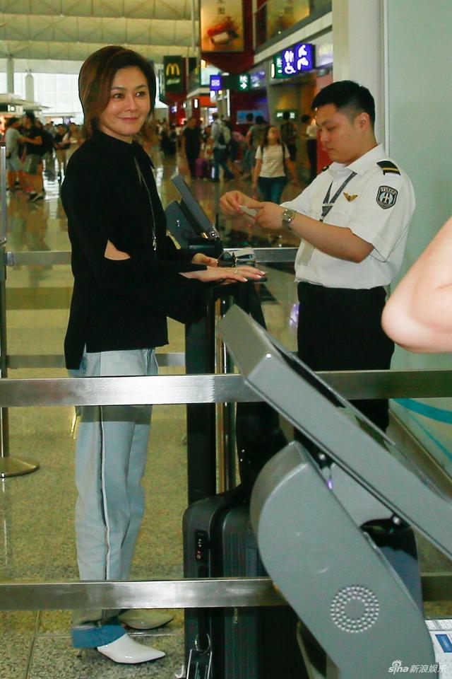 新浪娱乐讯 日前,关之琳穿着黑色上衣和牛仔裤配太阳眼镜现身香港机场,笑容满面透露要去上海工作,进入禁区前不忘跟记者朋友挥手道别。TUNGSTAR/文并图