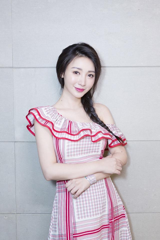 新浪娱乐讯 13日,柳岩在京出席电影《墨多多谜境冒险》发布会,她一身红白格子长裙,荷叶边半露肩的设计俏皮又不失小性感,麻花辫梳在一侧,少女感十足。