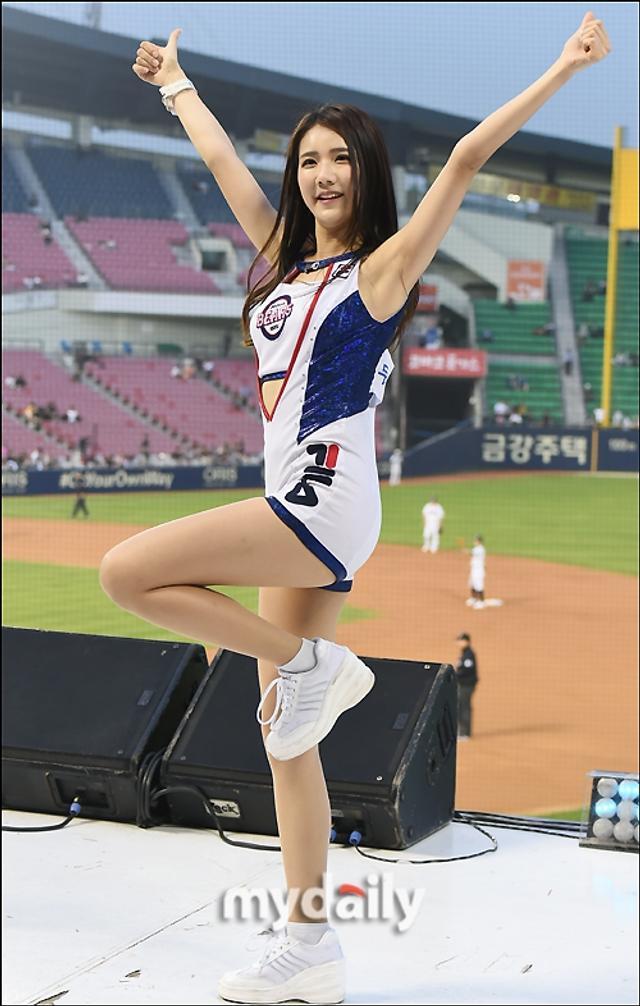 新浪娱乐讯 5月15日晚,在韩国首尔举行的一场职业棒球比赛上,青春靓丽的啦啦队女郎们热舞助阵,吸引了现场观众的目光。吕东垠/文 版权所有Mydaily禁止转载