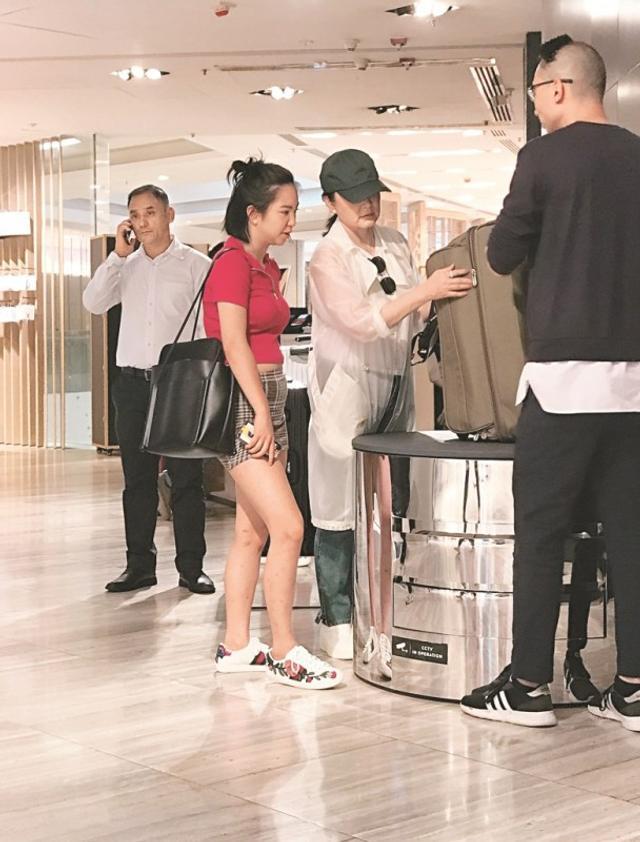 新浪娱乐讯 近日,林青霞带着小女儿邢言爱在香港中环某商场逛街。林青霞当天穿着白色外套戴着帽子,邢言爱则穿着红色上衣及短裙。两人在购物时,女儿全程咨询母亲意见,母女俩相当亲密。