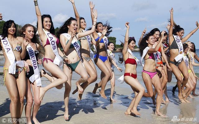 新浪娱乐讯 日前,正在泰国参加2018年国际旅游小姐冠军总决赛的各国佳丽,来到泰国曼谷海岛拍摄外景,图为参赛佳丽身穿不同款式比基尼海边大比拼。视觉中国/图