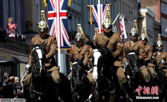 当地时间5月17日,英国士兵在温莎城堡外参加带妆彩排,为5月19日哈里王子婚礼做准备。