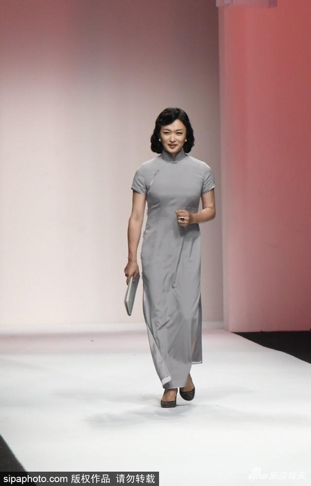 新浪娱乐讯 日前,金星现身上海时装周某秀场,穿一身素色旗袍压轴走秀,贵妇范儿十足。SIPA/图