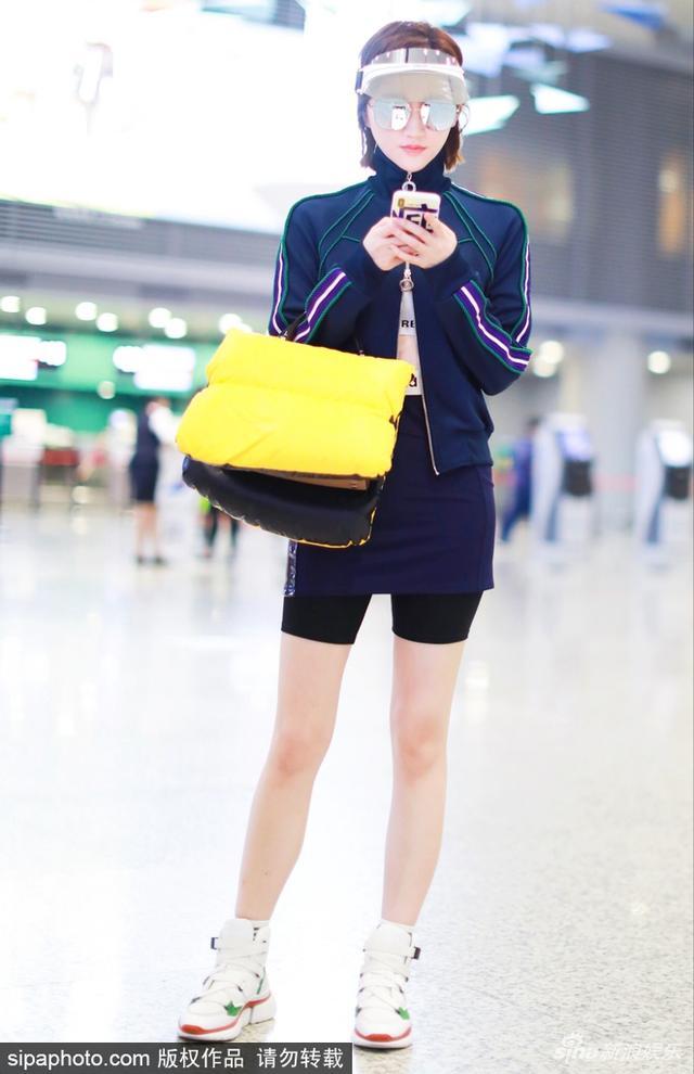 新浪娱乐讯 日前,景甜现身机场,她身穿蓝色运动装,戴着潮酷遮阳帽,一双美腿十分吸睛。SIPA/图