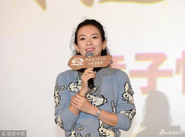 新浪娱乐讯 日前,章子怡现身《无问西东》影迷见面会,身穿灰色卡通毛衣搭配半身裙亮相越发显年轻。视觉中国/图