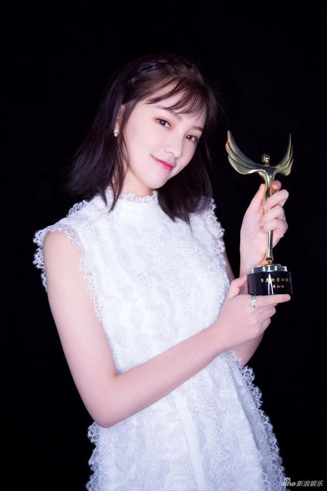 新浪娱乐讯 日前,黄灿灿出席某活动,身穿白裙清纯有气质,并于当晚登台献唱。视觉中国/图