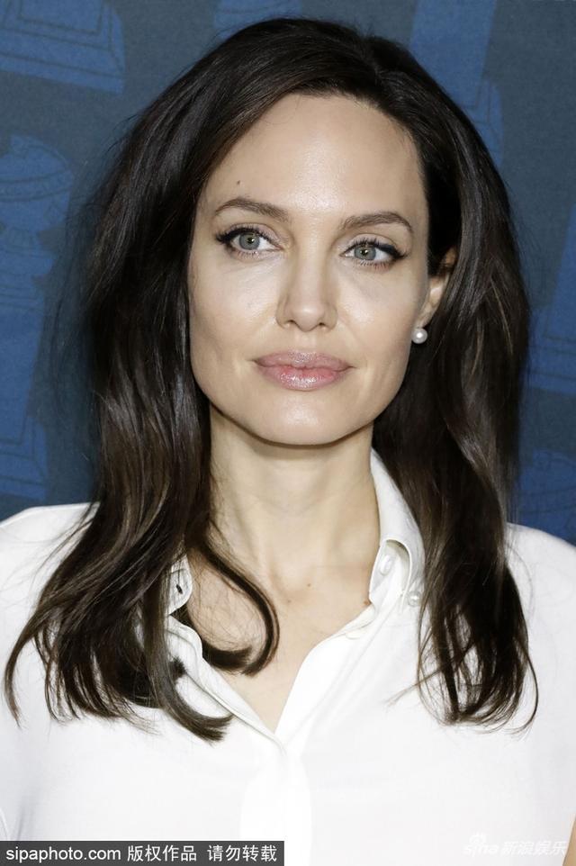 新浪娱乐讯 日前,安吉丽娜-朱莉(Angelina Jolie)穿白衬衫出席活动,灰色围巾披肩尽显优雅。SIPA/图