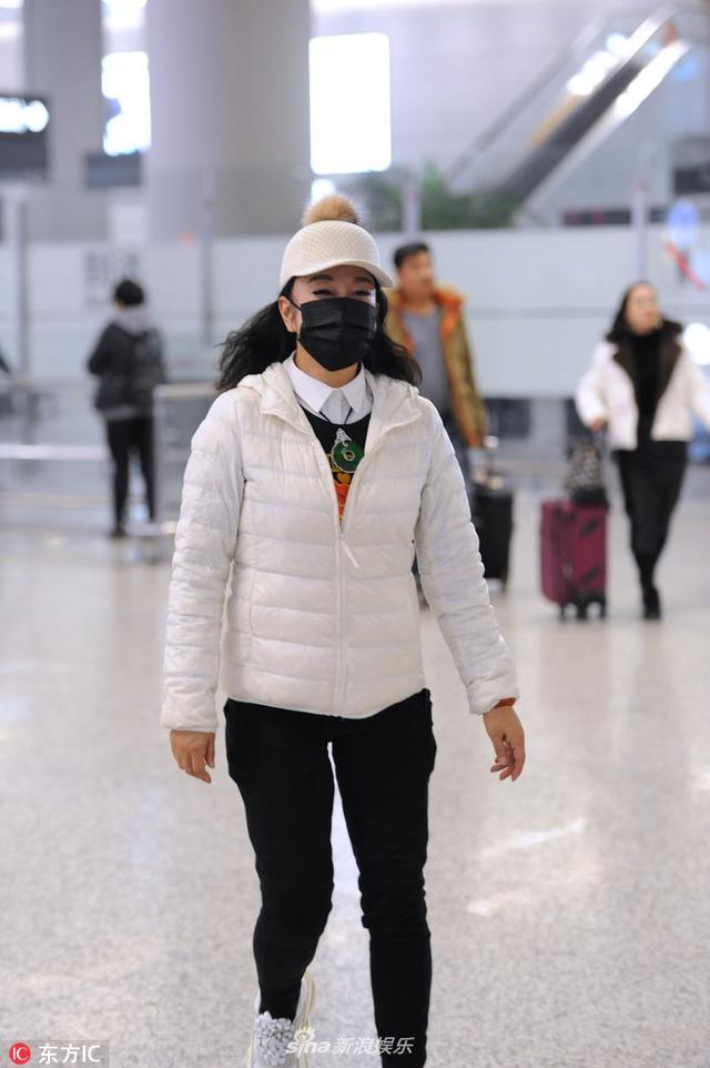新浪娱乐讯 近日,刘晓庆一组机场照曝光。照片中,刘晓庆身穿白色羽绒服,面戴口罩,在机场蹦蹦跳跳少女感十足。IC/图