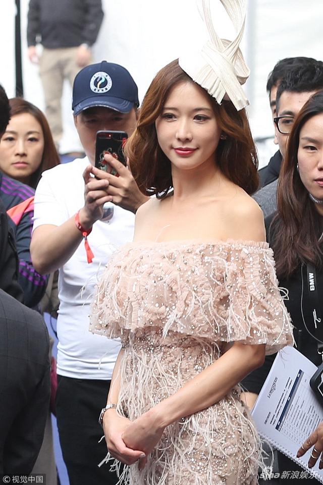 新浪娱乐讯 林志玲近日离开某会场,吸引了众人目光,她身穿羽毛长裙秀美背性感,被路人围在中间端庄微笑女神范儿十足。视觉中国/图