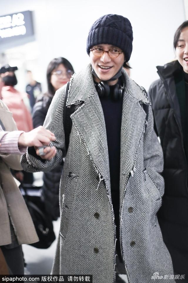 新浪娱乐讯 日前,陈坤现身机场,脖挂耳机微微痞笑帅气十足,与粉丝边走边聊。SIPA/图