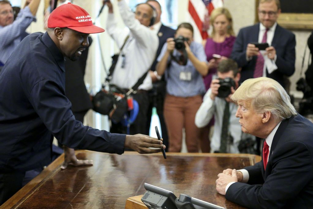 新浪娱乐讯 当地时间10月11日,侃爷(Kanye West)进白宫与特朗普总统会面,将现场见证《音乐现代法案》签署。特朗普要签字的《音乐现代化法案》经由参、众两院通过,更新了艺术家、歌曲作者和音乐制作人在流媒体服务上播放音乐的许可和版税。