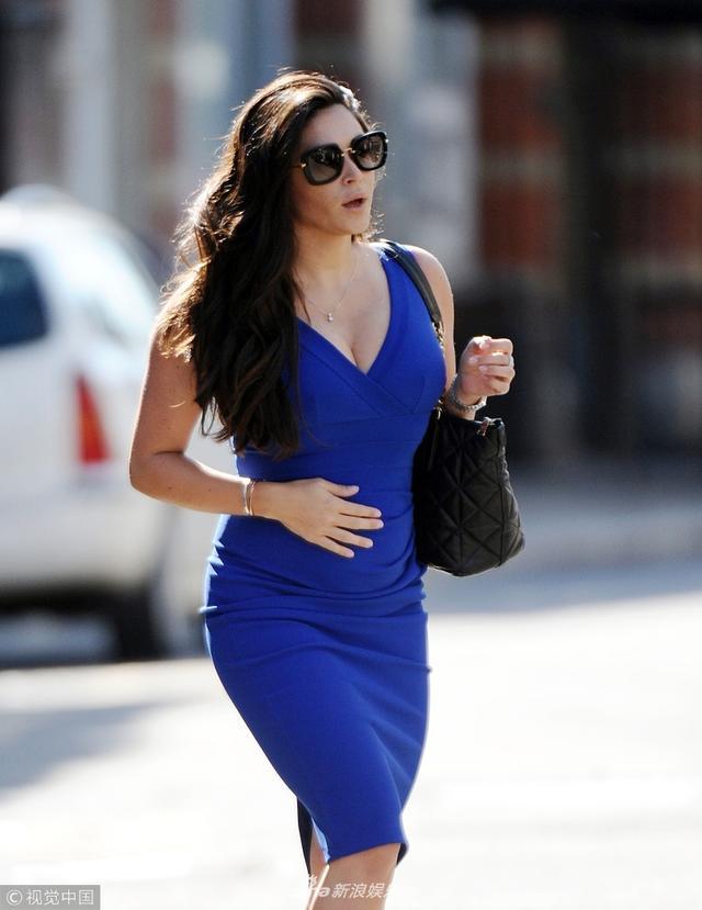 新浪娱乐讯 当地时间2018年9月14日,英国布伦特伍德, 凯西·巴彻勒(Casey Batchelor )现身街头。凯西·巴彻勒穿宝石蓝长裙秀事业线, 小腹微凸似怀孕。视觉中国/图