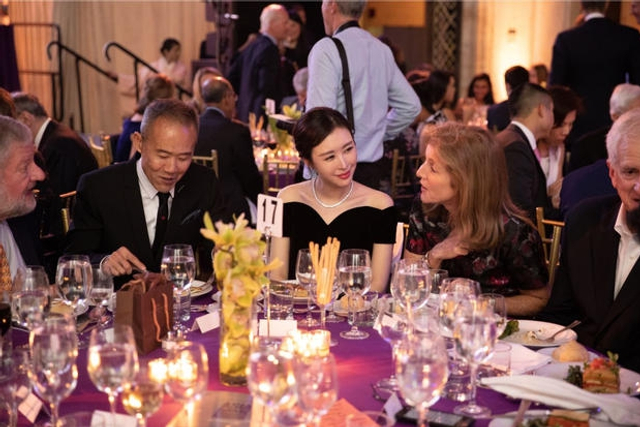 """新浪娱乐讯 近日,王石携田朴珺参与由亚洲协会主办的2018 Asia Game Changer Awards颁奖典礼,美国前总统克林顿也受邀出席。席间,田朴珺与美国前总统克林顿、肯尼迪女儿卡罗琳-肯尼迪、苏珊-洛克菲勒英文热聊。在王石的得奖感言中表达:""""thanks my wife""""。"""