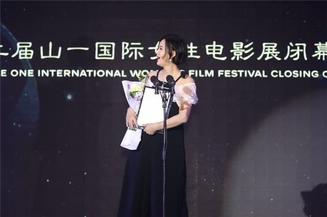 新浪娱乐讯 14日,张歆艺挺孕肚出席了国际女性电影展的闭幕式。照片中,张歆艺身穿黑色阔腿裤衣服十分宽松,巧妙地遮住了丰腴的身材。
