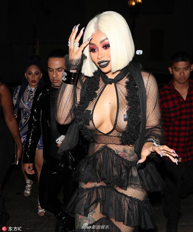 新浪娱乐讯 当地时间8月15日,美国洛杉矶,布莱克-凯娜现身街头。她身穿黑纱透视衣,勉强遮住三点。IC/图