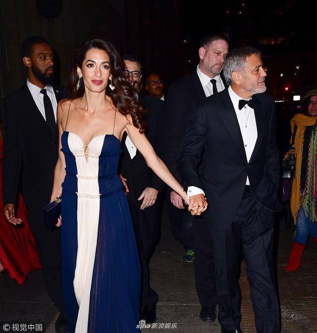 新浪娱乐讯 当地时间2018年12月6日,美国纽约,乔治·克鲁尼(George Clooney )和妻子艾莫·阿拉慕丁(Amal Alamuddin)离开晚餐派对现身街头。乔治·克鲁尼一路与娇妻十指紧扣,霸气开道护妻,学霸妻子艾莫身穿低胸吊带裙大秀性感的事业线。视觉中国/图