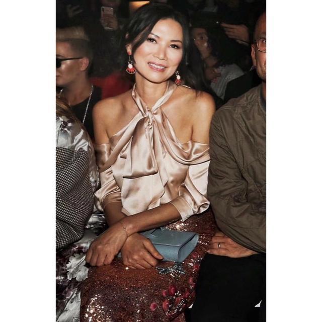 新浪娱乐讯 14日,邓文迪在社交网站上晒出一组美照。照片中,邓文迪现身巴黎时装周,身穿玫瑰金绸缎衫,深红色亮片裙,与安妮海瑟薇同框看秀,尽显高贵气质。