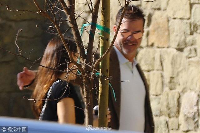 新浪娱乐讯 当地时间2018年2月14日,美国布莱特伍德,本·阿弗莱克( Ben Affleck)前妻詹妮弗·加纳(Jennifer Garner )获神秘男搂肩膀现身街头,似找到新欢。视觉中国/图
