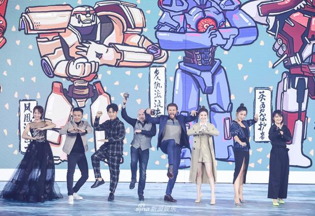 新浪娱乐讯 3月12日下午,《环太平洋:雷霆再起》中国发布会在北京举行。接棒吉尔莫·德尔·托罗的新导演斯蒂文·S·迪奈特,携主演斯科特·伊斯特伍德、景甜、蓝莹莹、于小伟等一众演员亮相。