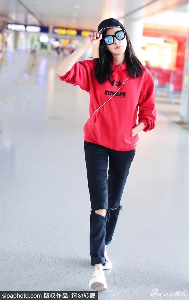 新浪娱乐讯 2018年2月14日,上海,张天爱一袭红衣口罩墨镜遮面现身机场赶回家过春节。 获粉丝赠送蛋糕心情大好,与粉丝拜年道别。视觉中国/图