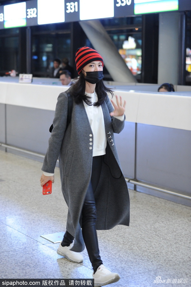 新浪娱乐讯 2018年2月13日,上海虹桥机场,姚晨现身上海虹桥机场,不惧镜头露爽朗笑容。SIPA/图