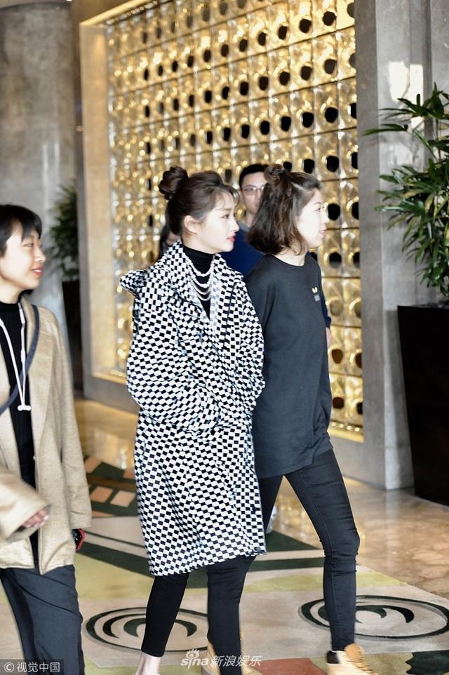 新浪娱乐讯 近日,关晓彤与助手离开酒店,她身穿黑白棋格大衣,颈间带着层叠的珍珠项链,好似复古的挂历女郎,造型略显老气成熟,她与助理同行离开酒店,一路说说笑笑,表情管理下线。视觉中国/图