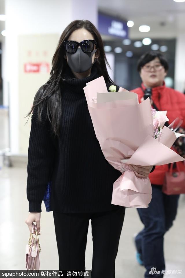 新浪娱乐讯 2018年2月14日,上海,结束连续剧《十年三月三十日》日本戏份拍摄的古力娜扎深夜返沪,墨镜口罩遮面现身机场,获粉丝接机献花。这是她和张翰分手后的第一个情人节,一人现身机场,略显孤单。视觉中国/图