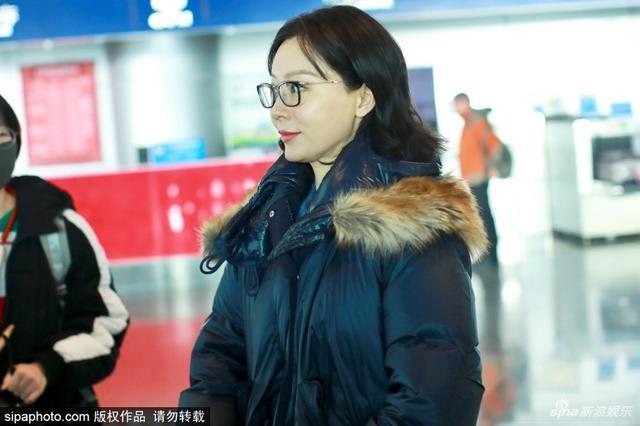 新浪娱乐讯 近日,陈数现身北京首都国际机场,她妆容精致,知性十足。(SIPA/图)
