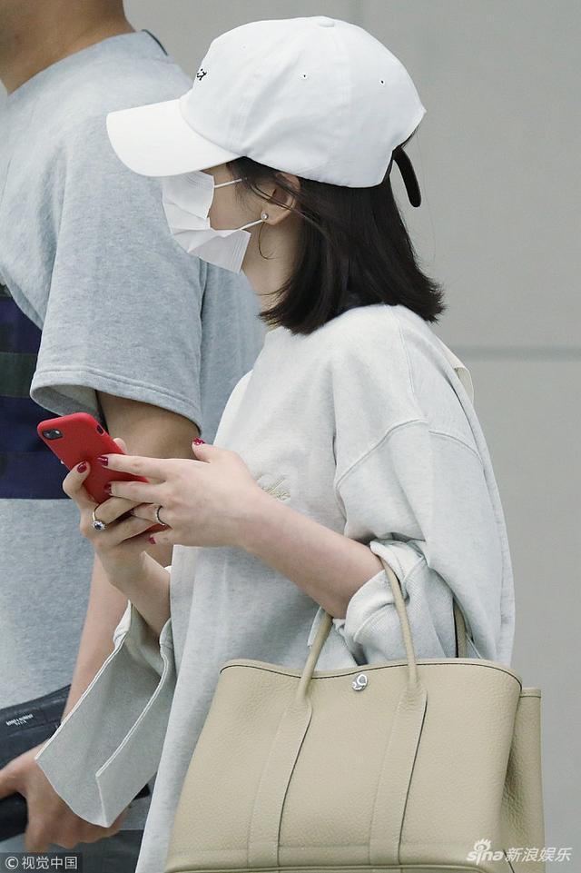新浪娱乐讯 5月16日,韩国仁川,宋慧乔现身机场。她结束上海某化妆品品牌站台活动后经由仁川国际机场返回首尔。当天,宋慧乔身着白色T恤搭配白色短裤,口罩帽子遮面,在两名随行工作人员护送下低调现身。视觉中国/图