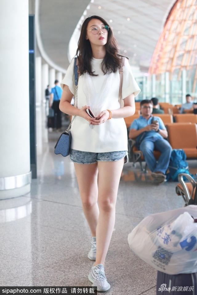 新浪娱乐讯 2018年6月12日,北京,惠若琪现身北京首都机场,她淡妆搭配休闲装亮相,身材高挑秀美腿。(SIPA/图)