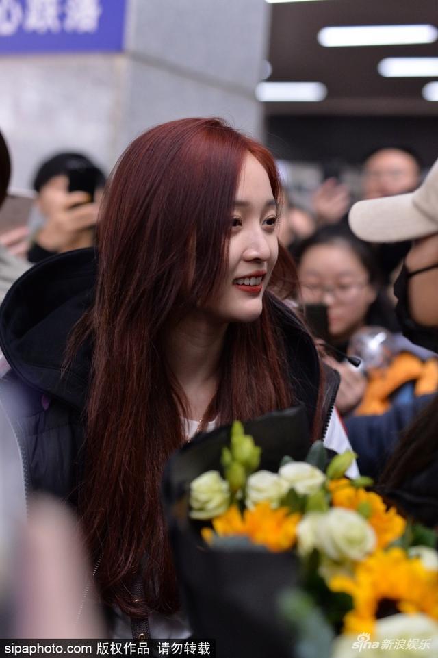 新浪娱乐讯 近日,火箭少女团的吴宣仪、杨超越抵达上海,在机场大批粉丝为其接机,现场更见有粉丝当场要签名,二人真是挡不住的人气火爆。(图/sipaphoto)