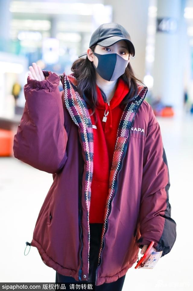 新浪娱乐讯 近日,欧阳娜娜现身机场,身穿红色卫衣裹着大棉袄,虽然带着口罩,但还是能看出娜娜心情颇佳,笑容阳光,开心对镜头比V。(图/sipaphoto)