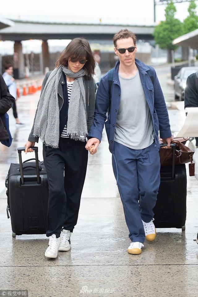 """新浪娱乐讯 纽约当地时间2018年5月16日,本尼迪克特·康伯巴奇(Benedict Cumberbatch)与妻子苏菲·亨特(Sophie Hunter)现身机场。""""卷福""""拎大包小裹似""""逃难"""",牵手妻子机场疾走恩爱满分。视觉中国/图"""
