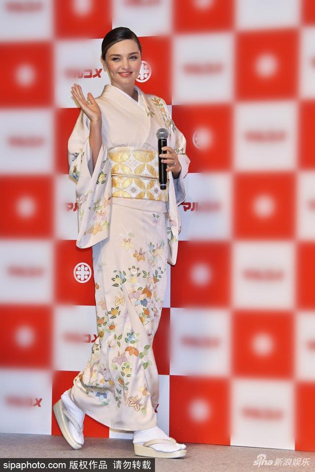 新浪娱乐讯 当地时间2019年1月10日,日本东京,米兰达·可儿(Miranda Kerr )穿和服日本出席活动,挥毛笔写字有模有样。(SIPA/图)
