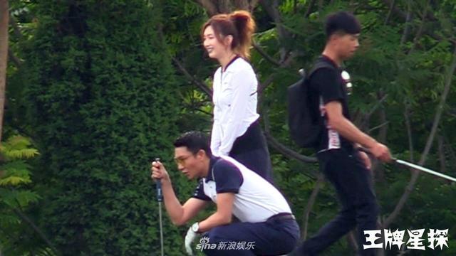 新浪娱乐讯 摄影师遇见拍戏的江疏影正拍摄与男搭档学习打高尔夫的一场戏。