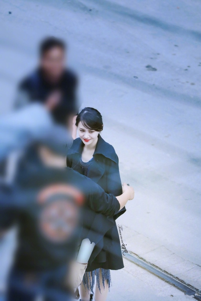 新浪娱乐讯 近日,网上po出一组郑爽新剧的路透照,照片中她身穿黑色风衣,性感红唇亮眼吸睛。