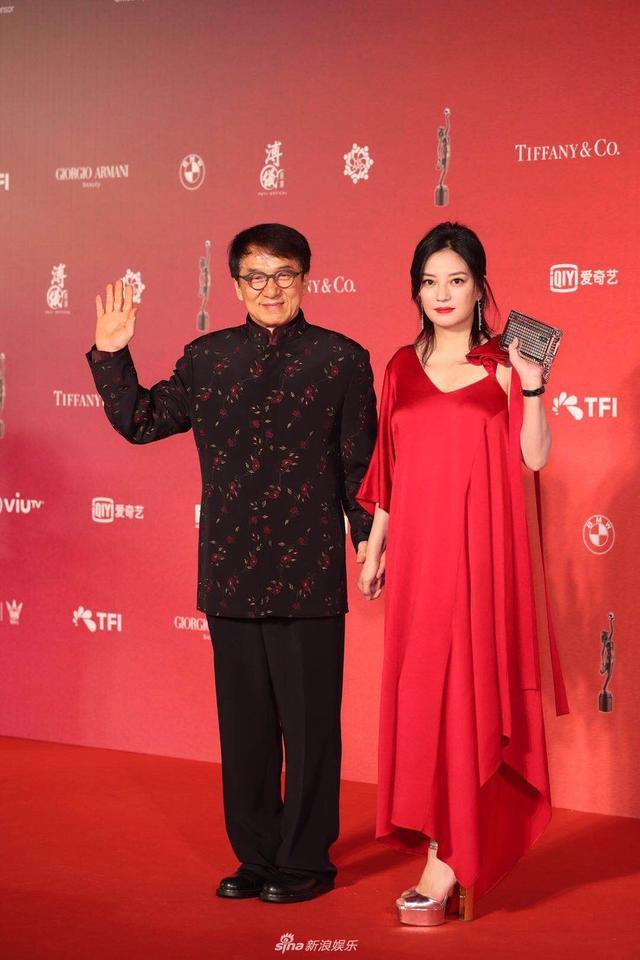 新浪娱乐讯 4月15日晚,第37届香港电影金像奖在香港举行,群星出席,各大奖归属尘埃落定。图为成龙、赵薇亮相。(宫德辉/图)