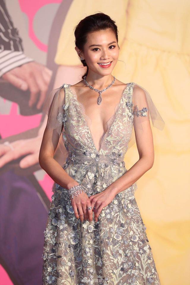 新浪娱乐讯 4月15日晚,第37届香港电影金像奖在香港举行,群星出席,各大奖归属尘埃落定。图为周秀娜、郑欣宜和彭秀慧亮相。(宫德辉/图)